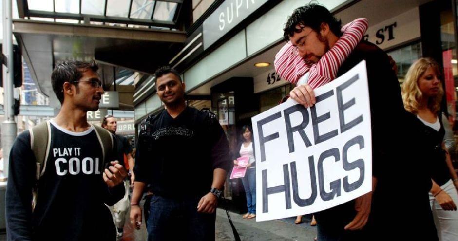 Juan Mann ofreciendo afecto a traves de los abrazos