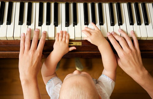 Madre con bebé tocando el piano