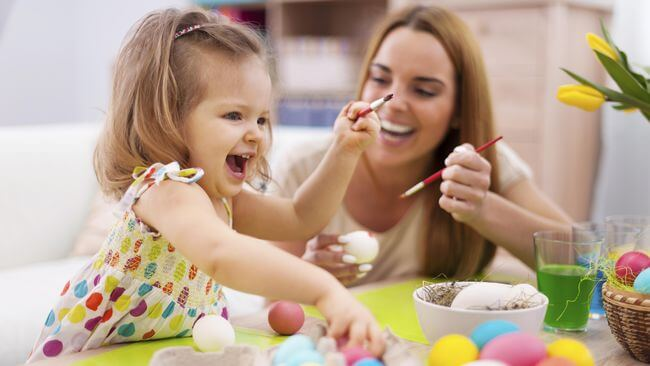 mamá con su hija pensado no educar pequeños narcisistas