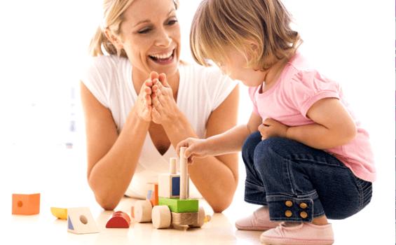 Madre aprobando la actitud de su hija