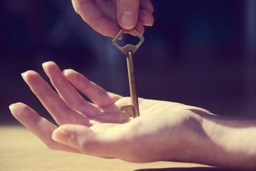 Mano con una llave