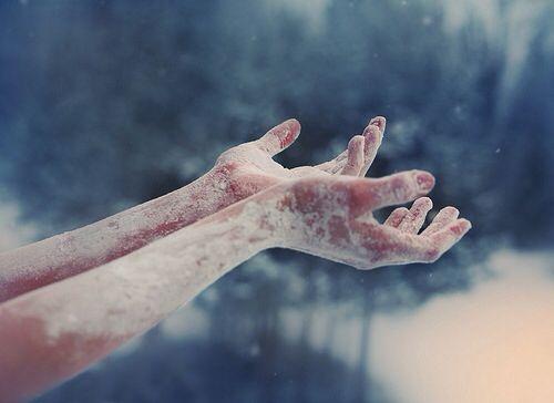 manos congeladas por la falta de afecto