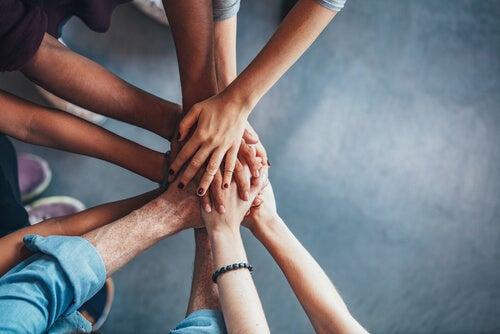 Manos de un grupo de personas unidas