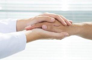 Manos de un médico cogiendo las de un paciente para ejemplificar la bioética