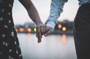 Manos de una pareja agarrada