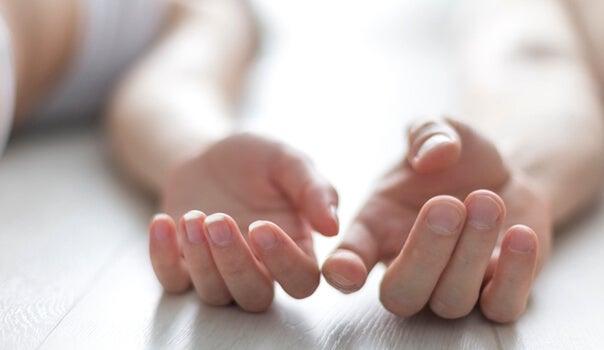 Manos tocándose simbolizando tener pareja