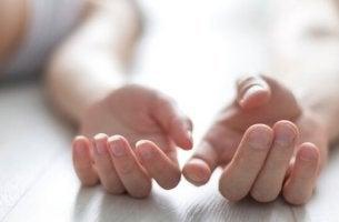 Manos de una pareja tocándose como ejemplo del sexo entre amigos
