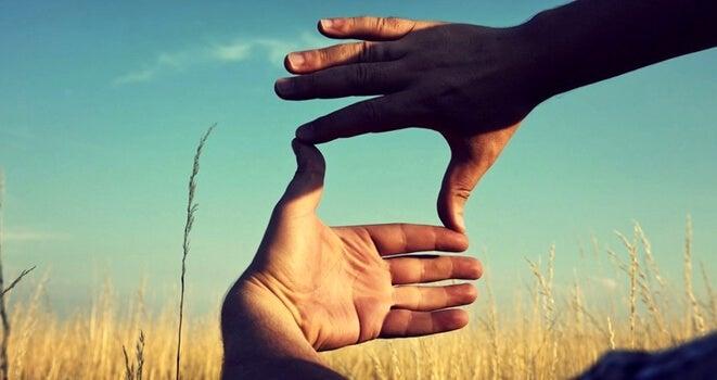 manos enfocando ideas para entrenar el pensamiento divergente