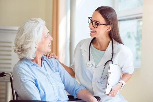 Médico siendo agradable con su paciente