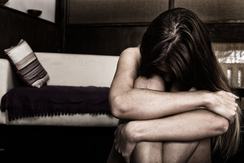 Mujer angustiada con trastorno límite de personalidad