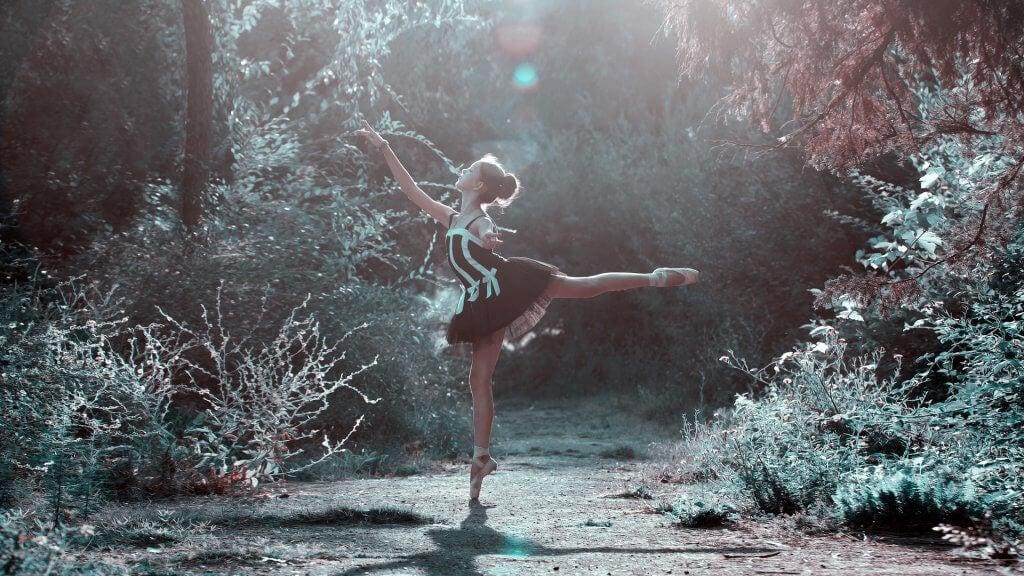Mujer bailando en el bosque