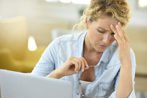 Mujer buscando con ordenador enfermedad
