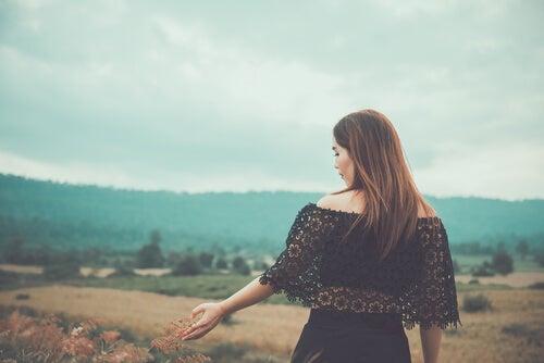Mujer caminando por el campo en otoño