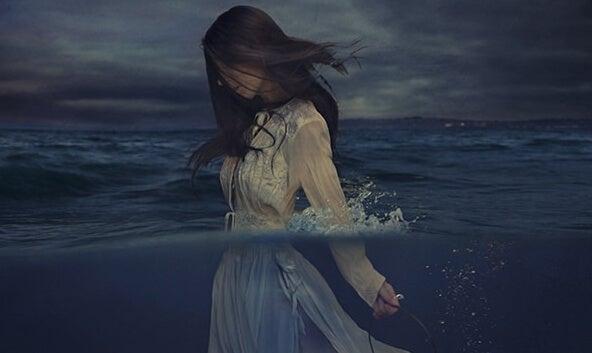 chica avanzando por el mar de la tristeza