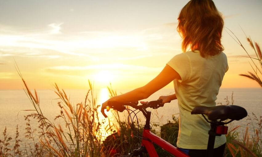 mujer con bicicleta preparada para aprender a motivarse