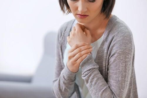 Mujer con dolores en el cuerpo