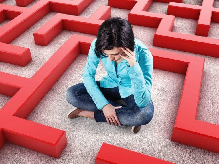 Mujer en laberinto rojo representando la ansiedad patológica
