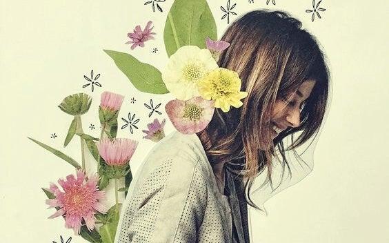 Mujer con flores demostrando que la actitud es la fuerza más poderosa