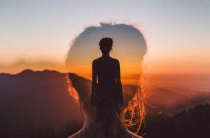 Mujer con imagen femenina superpuesta pensando en la felicidad