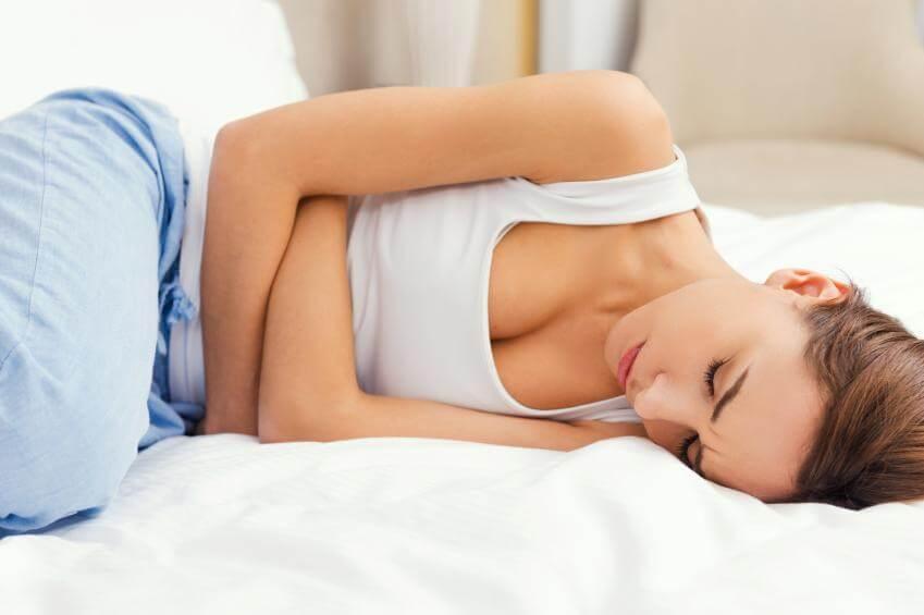 Mujer con síndrome premenstrual