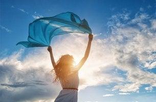 Mujer con un pañuelo pensando en la terapia de aceptación y compromiso