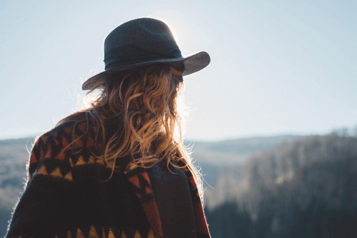 Mujer de cabello rubio mirando hacia atrás