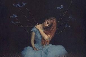 mujer de la que salen hilos con mariposas sufriendo una ausencia