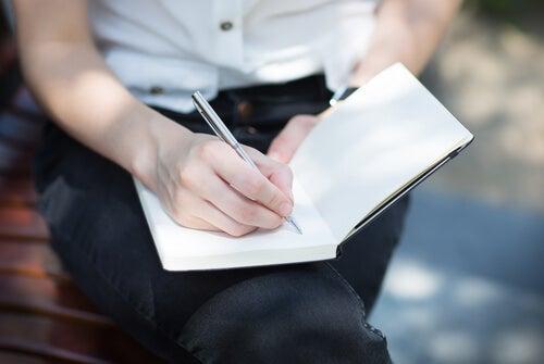 Mujer dibujando e intentando gestionar los pensamientos obsesivos
