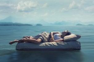 Mujer durmiendo en un lago