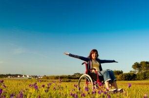 Mujer en silla de ruedas al aire libre
