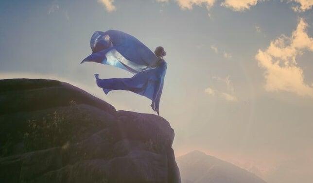 mujer en un acantilado pensando en sus tiempos difíciles
