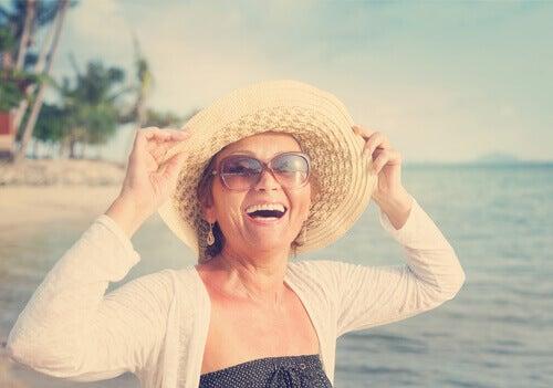 Mujer feliz de mediana edad