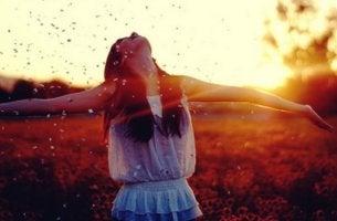 Mujer extendiendo los brazos de felicidad