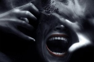 Mujer gritando por miedo a las personas que forman parte de la triada oscura
