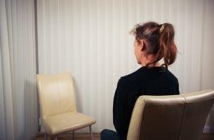 Mujer sentada practicando la técnica de la silla vacía