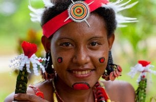 mujer indígena víctima de las tradiciones sexuales