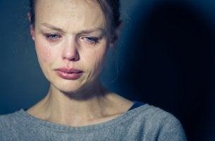 Mujer llorando con trastorno límite de personalidad