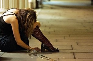 Mujer con síndrome de Wernicke-Korsakoff llorando en el suelo