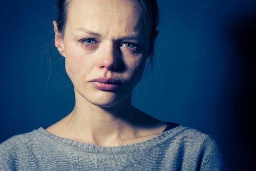 Mujer llorando por trastorno límite de personalidad