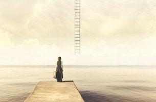 Mujer mirando una escalera buscando cuál es su habilidad para subirla