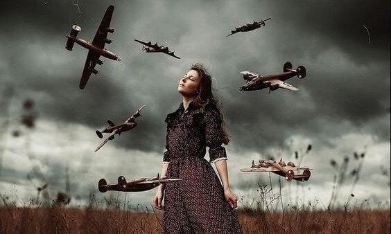 mujer rodeada de aviones haciendo uso de las técnicas de gestión emocional