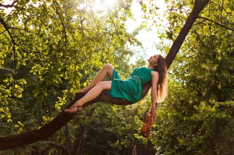 Mujer sobre un árbol