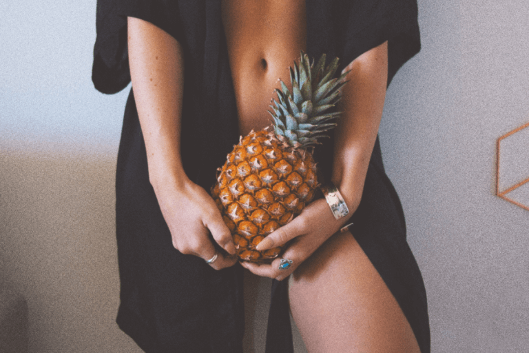 Mujer sujetando una piña