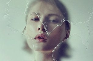 Mujer tras un cristal roto representando a las personas negativas