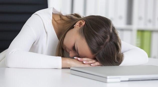 mujer tristeante el ordenador