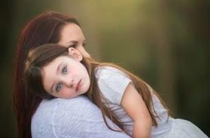 niña sobre el hombro de su madre que representa el acto de educar sin gritos