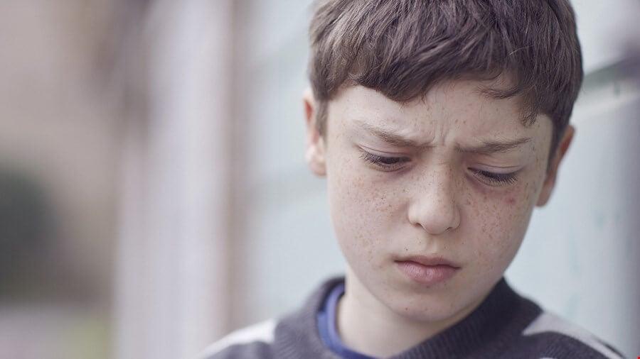 Chico triste que sufre maltrato verbal en la niñez