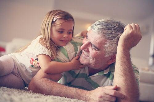 Nieta con su abuelo