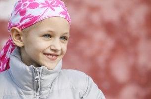 Niña con cáncer con un pañuelo rosa representando a los niños con cáncer