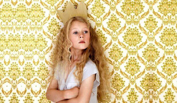 Niña con corona como ejemplo de pequeños narcisistas